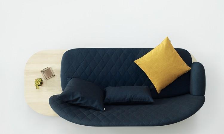 Fogia Rise är en soffa med träben i ask och quiltat tyg på både rygg och sits