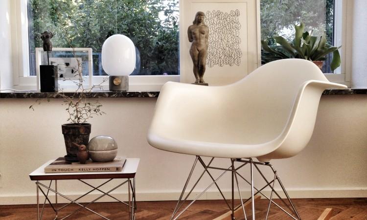 Den vackra gungstolen från paret Eames finns i alla färger på Olsson & Gerthel