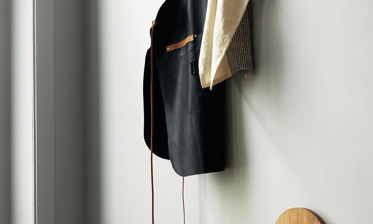 Förklädet Fuego Apron från Linum är tillverkat i läder och finns i brun och svart färg