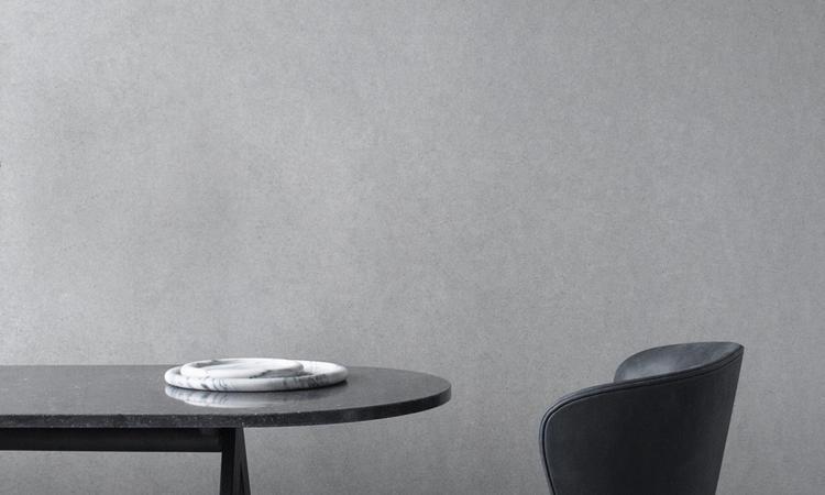 Vacker stol i läder med svarta ben