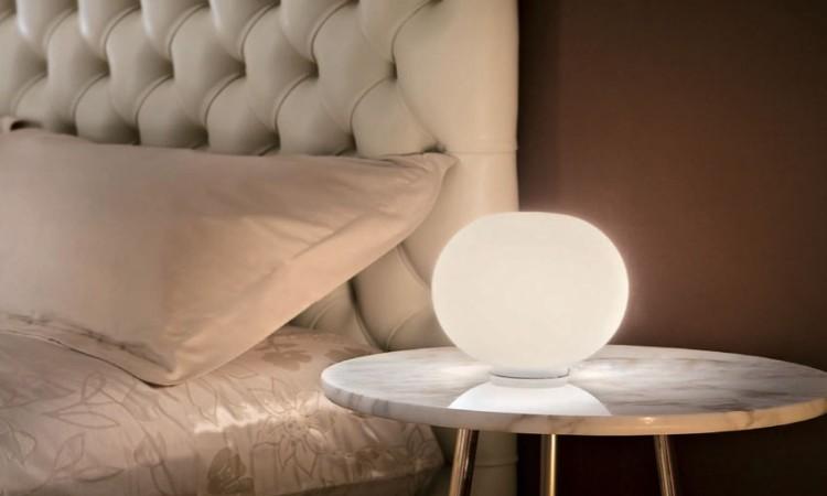 Bordslampan Glo-Ball från italienska Flos har ett mjukt sken från det vackra opalglaset