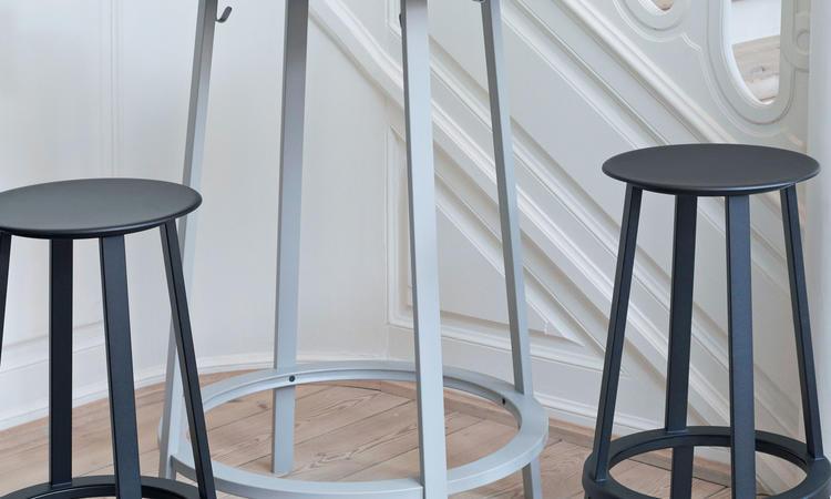 HAY Revolver Table Barbord i den grå färgen Sky Grey med svarta barstolar