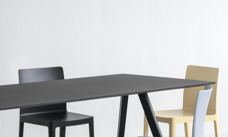HAY Cph30 bord i svartbetsad ek med skiva i svart linoleum