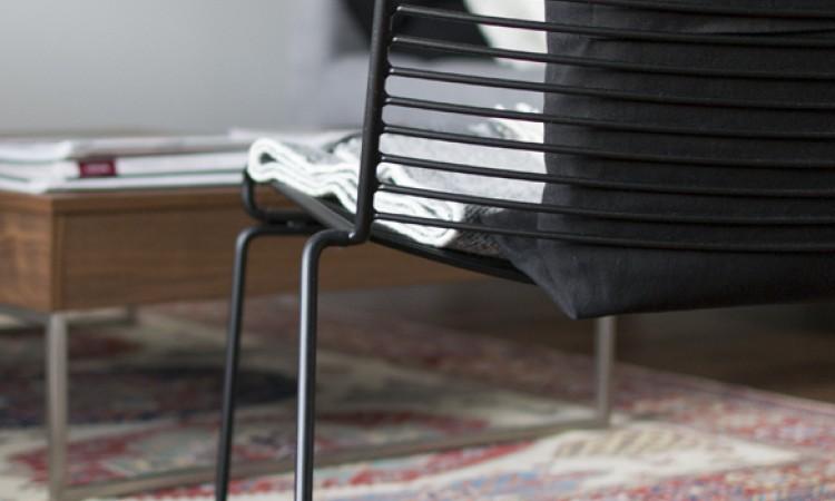 Fåtöljen Hee Lounge Chair i svart färg från danska HAY av Hee Welling