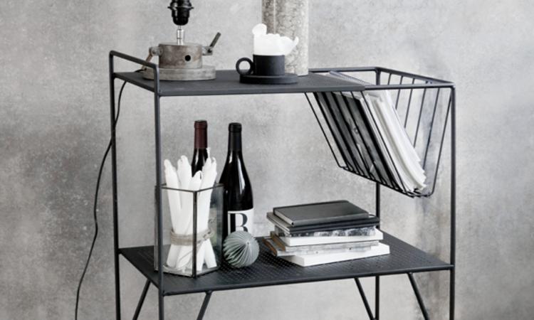 Rullbordet Use från House Doctor med lampa, vas, tidningar med mera
