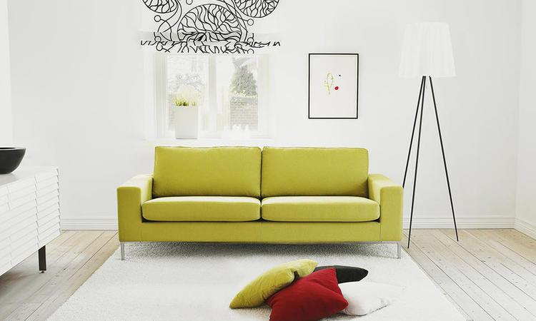 Infini Grande 2-sitssoffa från Ire Möbel i ett vackert gult tyg