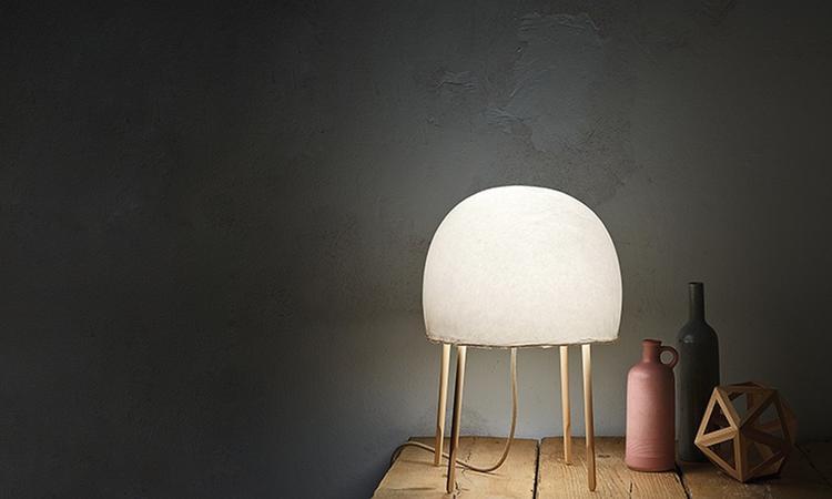 Den manetliknande bordslampan Kurage med design av Luca Nichetto och Nendo