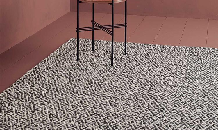 Linie Design Labyrinthe Ullmatta med vit bas och mörkblå mönster