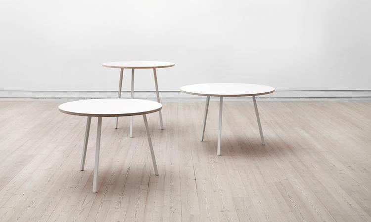 Loop Stand är ett snyggt runt matbord med tre ben i linoleum eller laminat från HAY