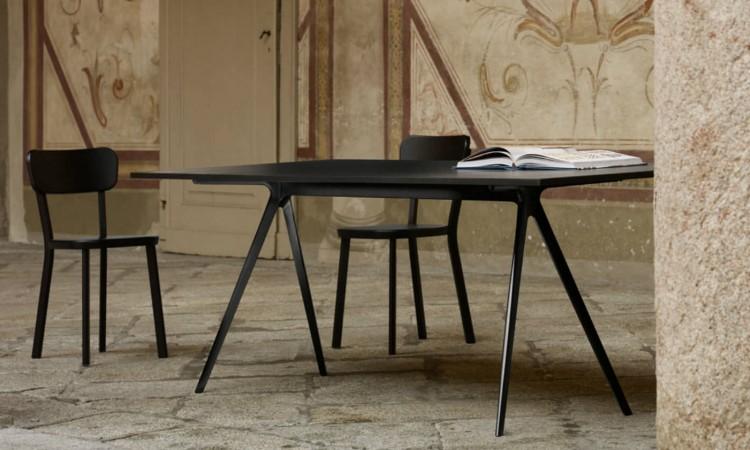 Det svarta matbordet Baguette från Magis kan köpas i skiffer eller MDF