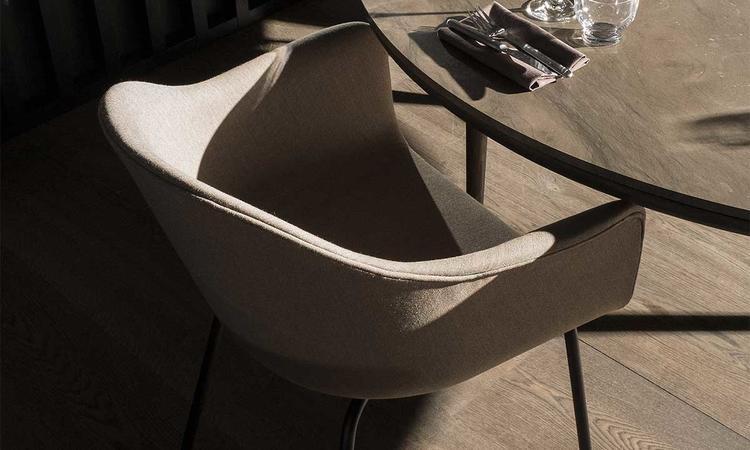 Menu Harbour Chair Stol med stålben och sits klädd i tyg från Kvadrat