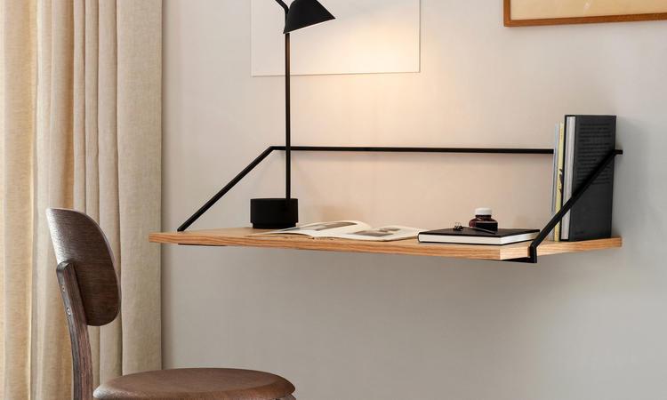 Menu Rail Desk vägghängt skrivbord i ek och mörkbets