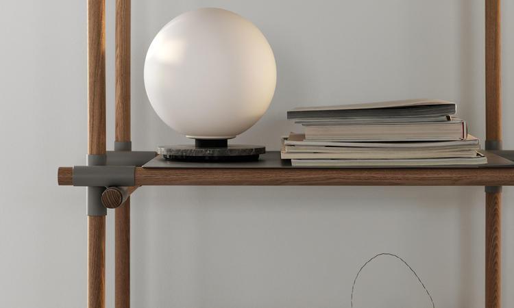 Menu TR Bulb Vägglampa och bordslampa i ett, med skärm i opalglas