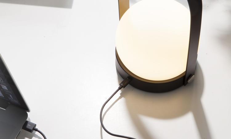 Carrie LED är en bärbar lampa i opalglas med dimmer från Menu