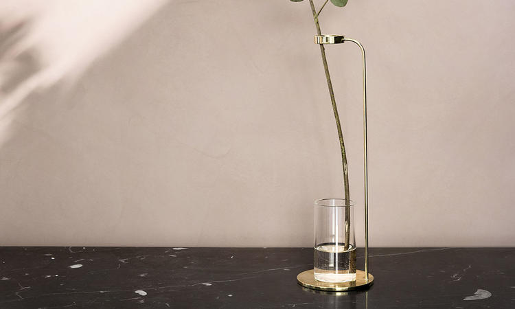 Mässingsvasen Stem Vase från Menu sätter växtens naturliga skönhet i fokus