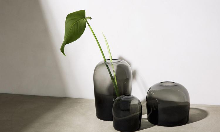 Menus vas Troll Vase har ett mörkt färgat glas som blir mer intensivt med dess djup