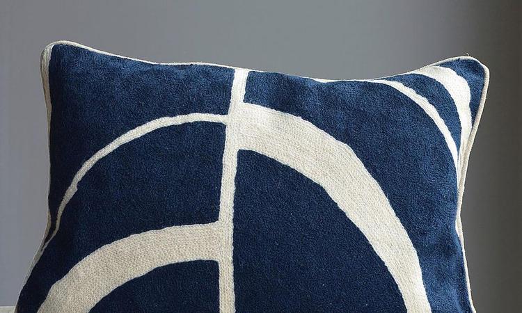 Mimou Arches handbroderad kudde mörkblå