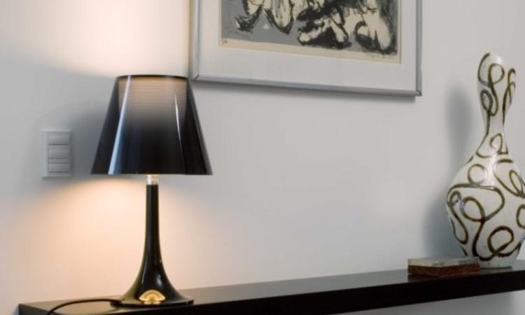 Philippe Starcks lampa Miss K i svart färg från varumärket Flos