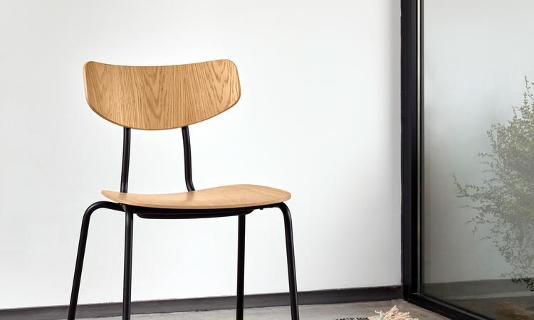 Vitra Moca Chair Stol i naturlig ek med svartlackade ben