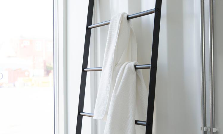 Menu Norm Bath Towel Ladder Handduksstege i svart stål och svartbetsad ask