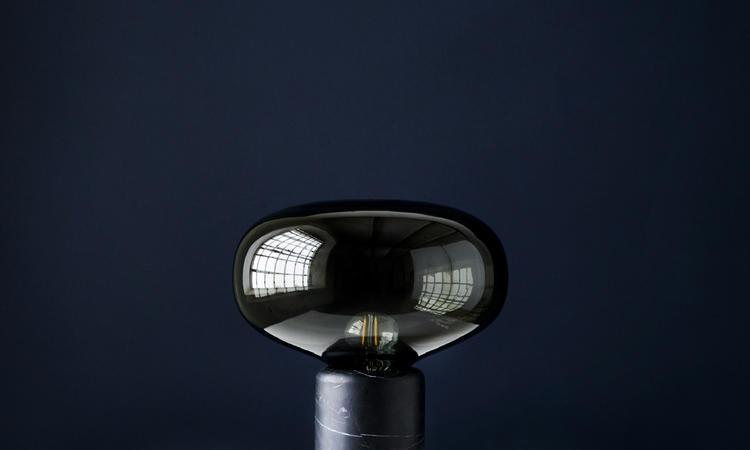 Lampan Karl-Johan i svart marmor och rökigt glas