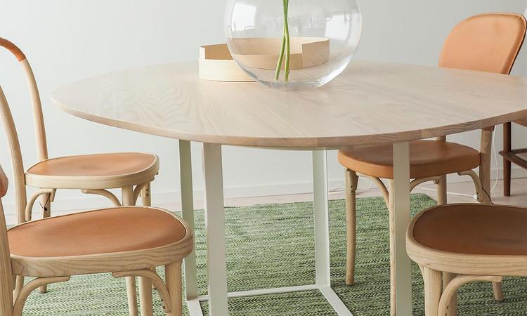 Max Gerthels bord Omni i vitpigmenterad ask i den mindre storleken © Olsson & Gerthel