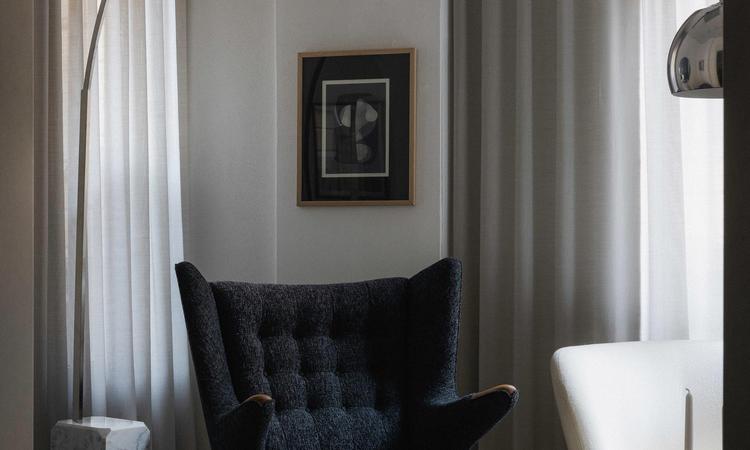 PP Möbler PP19 Papa Bear Chair Bamsefåtölj i tyget Sacho Moss 008 och oljad ek