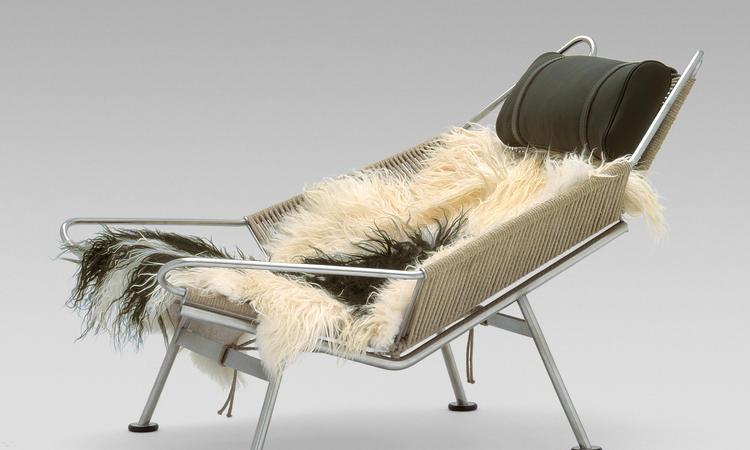 PP225 med kudde i läder, underrede i polerat stål, naturfärgat rep