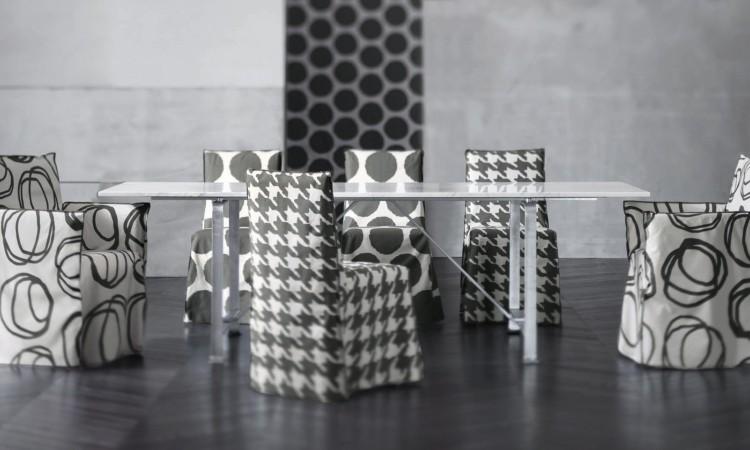 Karmstolen Ghost 24 från Gervasoni finns i mängder av olika tyger och färger