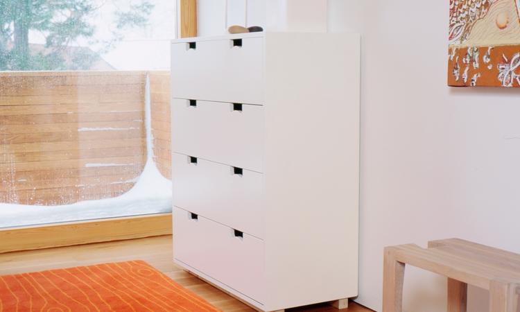 Snygg byrå i vit färg med fyra stora lådor från Asplund