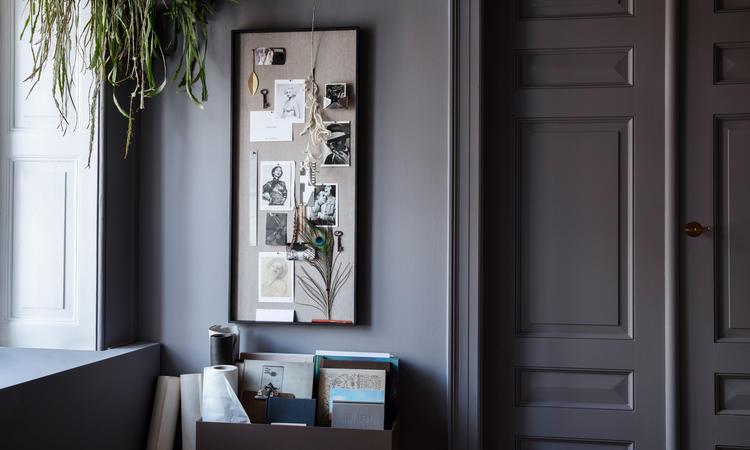 Moodboard i svartbetsad ask och tyg av linne och bomull från Ferm Living