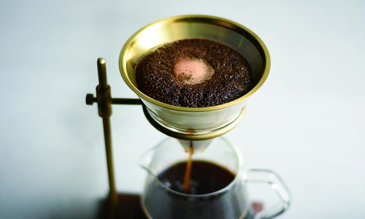 Kaffebryggaren i valnöt och mässing för dig som tar din tid och njuter av morgonen