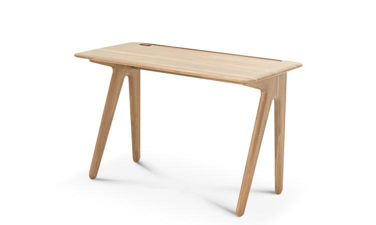 Slab Desk är ett skrivbord i ek från Tom Dixon, inspirerat av viktorianska skolbänkar