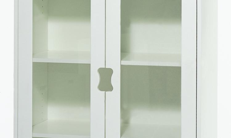 Snyggt vitt vitrinskåp som låter dig visa upp dina finaste glas