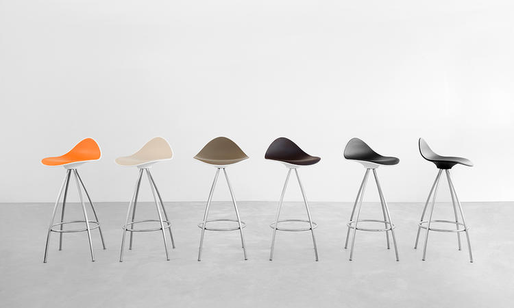 Barstolen Onda med vitt eller svart skal och sits i flera olika färger