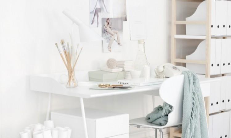 Skrivbordet Overtime från Voice Furniture i vitt med tillhörande hurts
