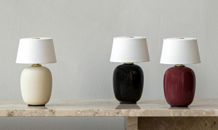 MENU Torso Table Lamp Portable Sand, Black och Ruby
