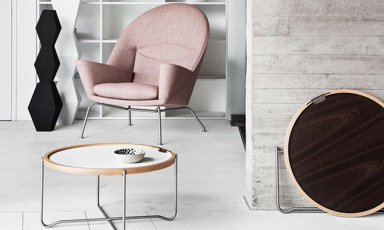 Carl Hansens CH417 är ett smidigt soffbord med avtagbar bricka i laminat eller ek