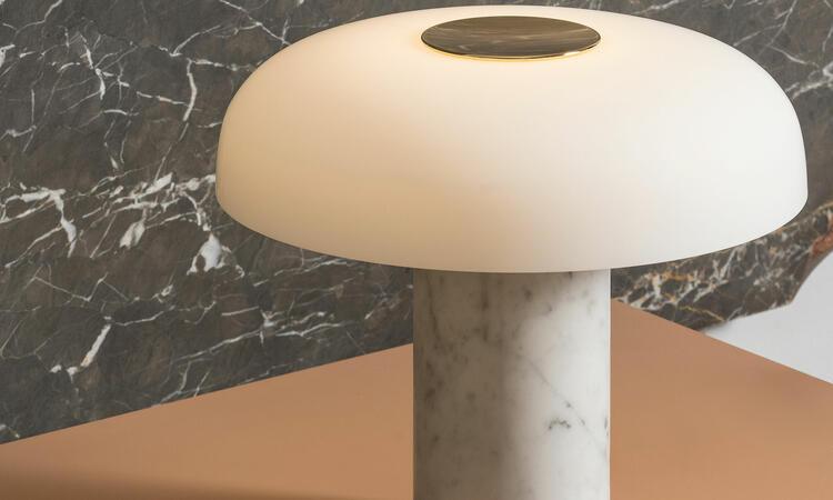 Tropico bordslampa i färgen vit/guld