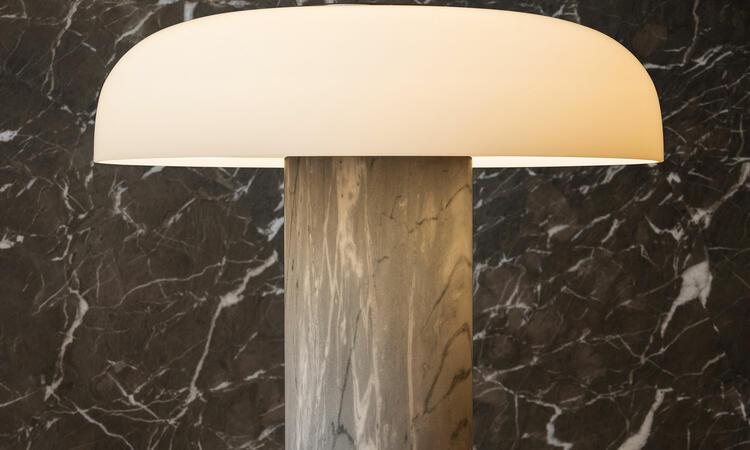 Tropico bordslampa i färgen grå/svart