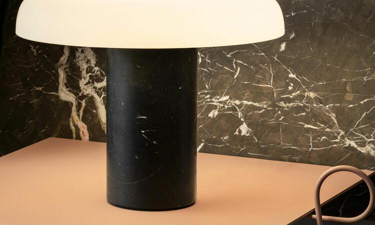 Tropico bordslampa i färgen svart