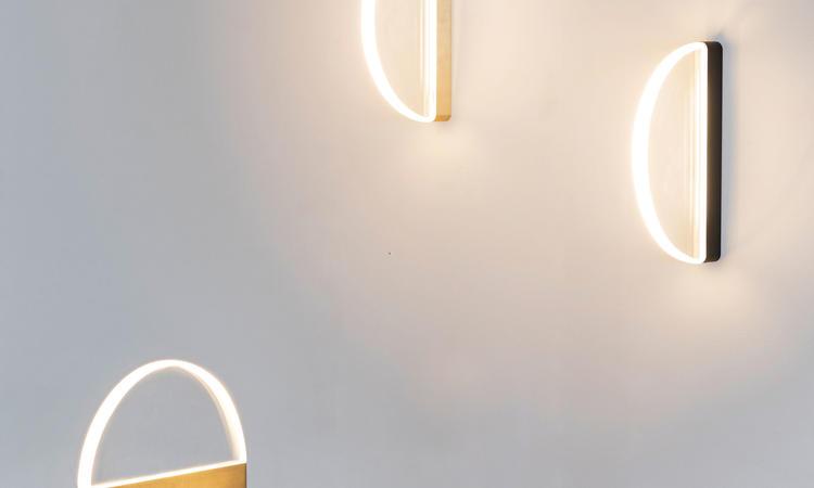 Valerie Objects Halo Vägglampa i mässing och svart anodiserad aluminium