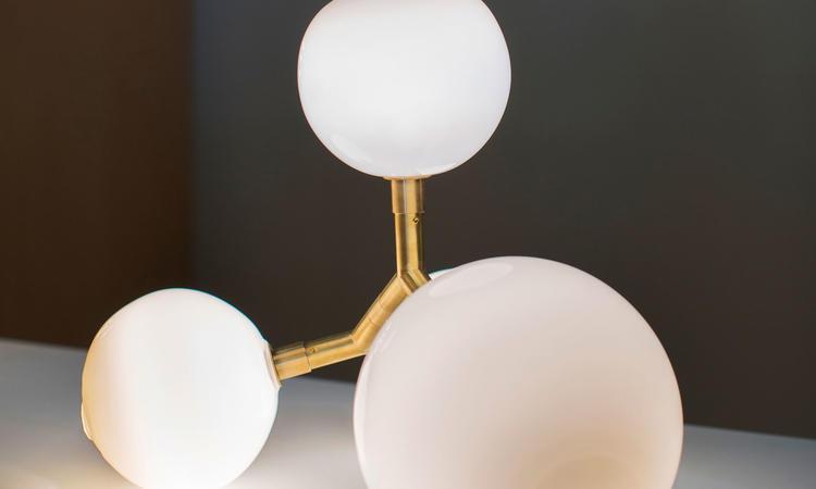 SkLO Veer Light Bordslampa och golvlampa i mässing och vitt glas