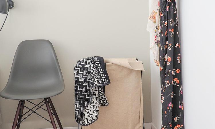 Ferm Living Herman Tvättkorg med stolen DSW från Vitra © Olsson & Gerthel