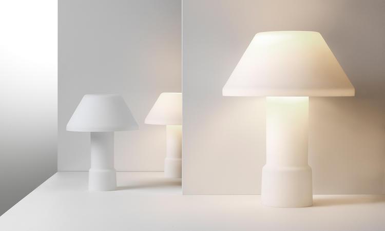 Lampan w163 Lampyre har ett varmt och behagligt ljus genom det vita opalglaset
