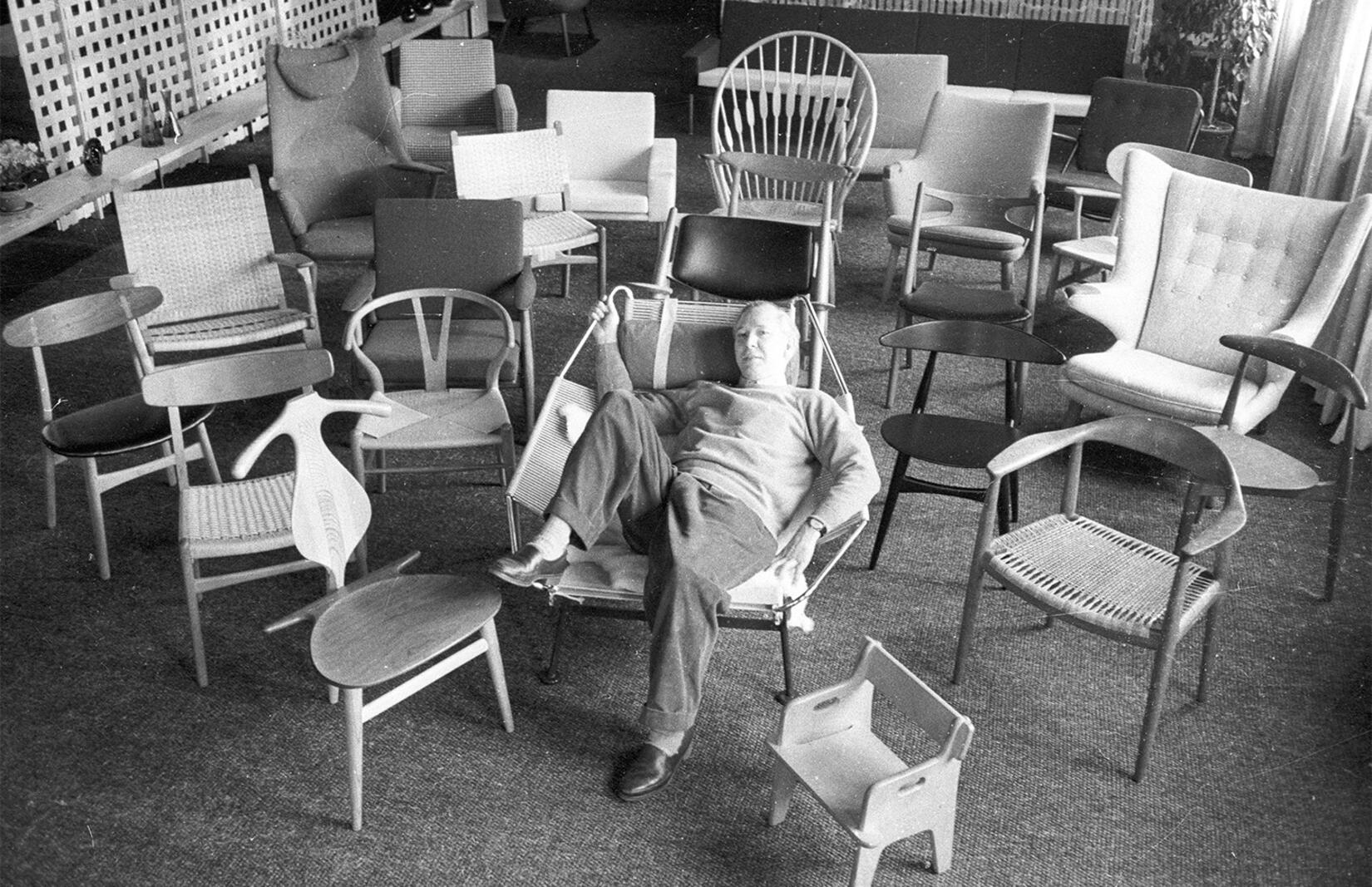 Hans J Wegner med sina berömda stolar