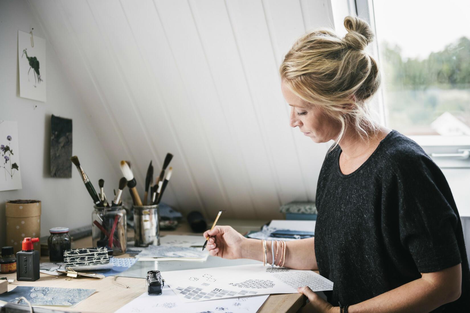 Emma von Brömssen är designern bakom både kuddar och posters med mönstret Stäpphöna