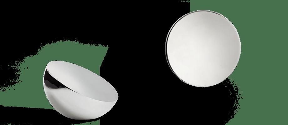 De två helt olika reflektionerna i spegeln Aura Mirror från New Works skapar ett vackert ljusspel