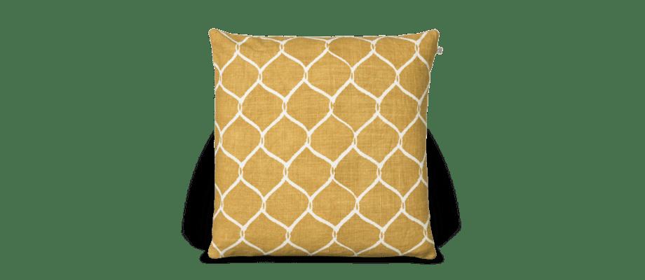 Jaal är ett kuddfodral med gul bas och ett härligt mönster i vitt från Chhatwal & Jonsson