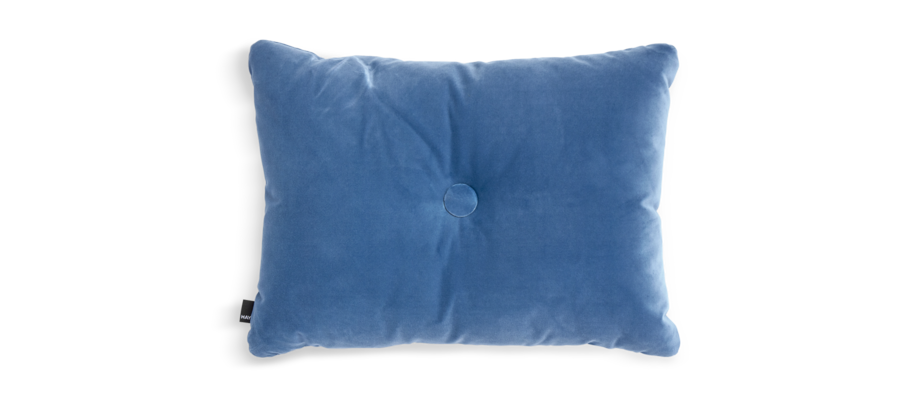 HAY Dot Cushion Soft Blue Kudde med knapp i blå velour